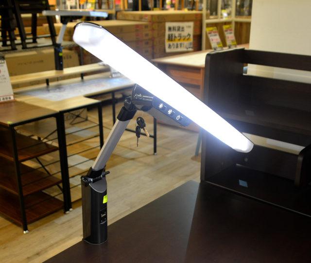 3色調光&調色機能でシーンに合わせて使えるLEDデスクライト!蛍光色は集中力アップに、中間色は読み書きなどの勉強に、電球色は休憩中などリラックスタイムに。また2口コンセントも付いているのでスマホやタブレットを充電しながら使えます。