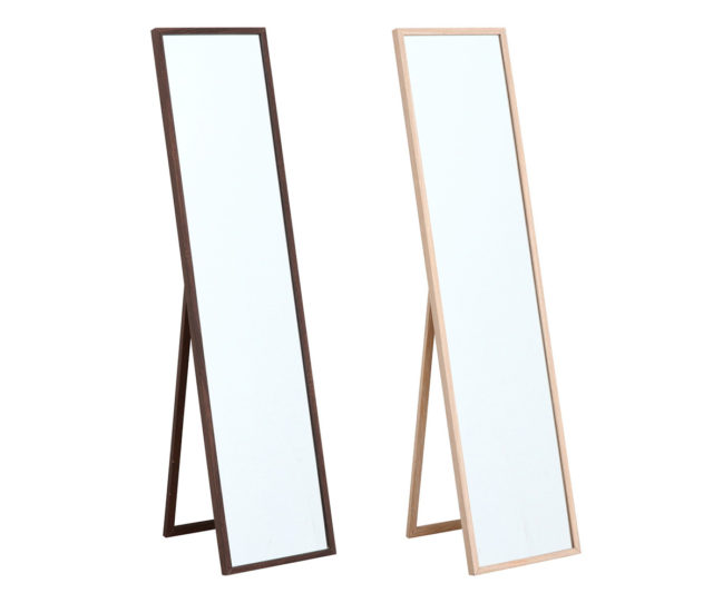 そのまま立てかけたり、壁掛けでも使えるスタンドミラー。シンプルデザインでリビングや玄関などいろんな場所で使えます。使わない時は折りたたんで収納できます。