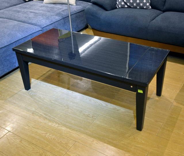 横にテーブルを引っ張ると横幅を拡張できるセンターテーブル!光沢のある天板は、キズや熱、汚れに強くお手入れがラク♪高級感のあるデザインでお部屋をスタイリッシュに!