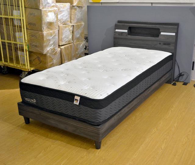 ブラックウォールナットの木目フレームがオシャレ!照明、コンセント、小棚付で便利!厚みが24cmでしっかりとした寝心地のオリジナルマットレス付きでこの価格!