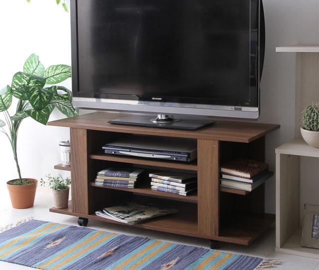 木目が美しい大容量収納スペース付きのTVボード。合計7カ所の収納スペース付きでたっぷり収納できます。掃除や模様替えも楽にできるキャスター付きです。