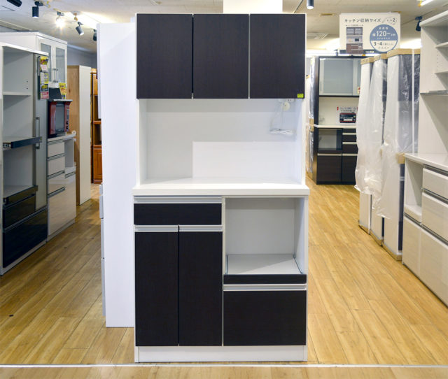 シンプルデザインの食器棚入荷しました!高さ180cmと女性でも手が届きやすい設計で使い勝手◎2口コンセントもついて便利♪