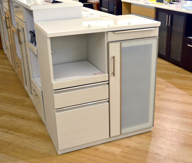 高さ100cmハイタイプのキッチンカウンター!引き出し&棚がたっぷりで収納力バツグン!必要な時だけスッと引き出して使えるスライドテーブルで作業効率アップ!オープン部にコンセント付き!