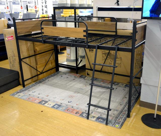 ブラックスチールのフレームがカッコイイ!低めのロフトベッド。ベッド下の空いた空間は収納スペースとして利用してお部屋をスッキリできたり、追加でマットレスと置いて2段ベッドとしても使えたりと有効活用できます。