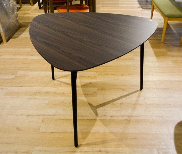 おにぎり型の単品テーブル♪壁付けで2人掛け、中央に置いて3人掛けにしたりとシーンで使い分けできます♪天板は日常的は汚れに強いメラミン加工でお手入れ簡単!ブラックのスチール脚が細めなので、お部屋がすっきりとした印象に♪
