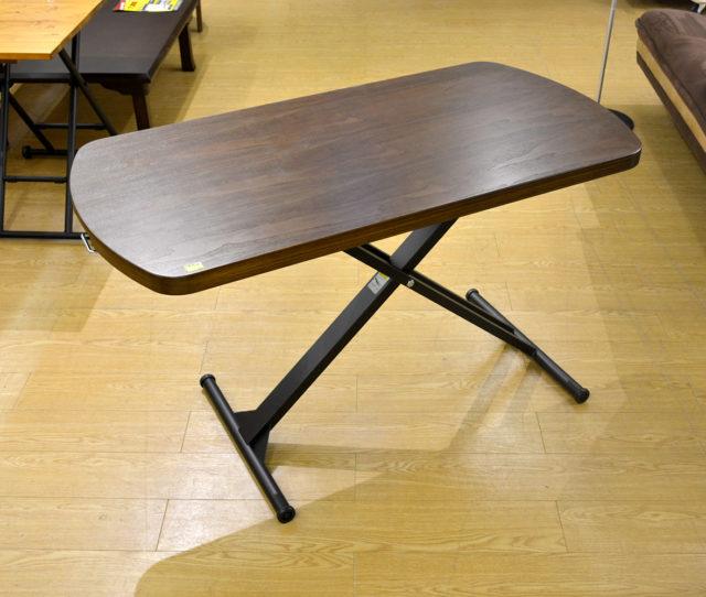 天然木を使った上質感のある昇降テーブル!天板下のハンドルで簡単に無段階高さ調整可能!ローテーブルにしたりイスと合わせてダイニングテーブルにしたりと様々なシーンで大活躍♪キャスター付で移動もラク♪
