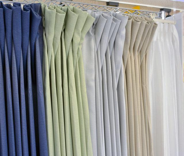 無地の厚地とレースがセットになったお買い得4枚組既製カーテン!厚手のカーテンは遮光2級の生地で真っ暗にはならず程よく光を取り入れます。 遮光と遮熱機能付で冬は暖かく夏は涼しく年中使える省エネカーテンです。