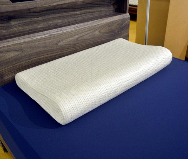 頭と首に丁度良い低反発フィット枕!波型マクラで首元がしっかりフィットします。幅70cmと幅広なので、肩までしっかりサポート♪カバーはひんやり素材&消臭抗菌機能入りで暑がりさんに◎いつでも洗濯できるから衛生的!