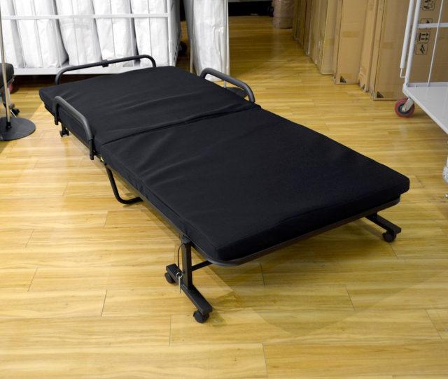 急な来客時に便利な折り畳みベッド!必要な時に広げて使うことが出来るので、普段は場所を取りません。マットレスの表面にはメッシュ生地を使用しており、湿気がこもりにくい♪キャスター付きで移動も簡単!