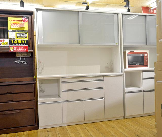 大型家電もバッチリ収まるたっぷり収納で幅広タイプの食器棚!汚れが落としやすく広めの天板や、必要な時だけ引き出して簡易作業台として便利なスライドテーブルなど機能性バツグンでこの価格は必見!4~5人暮らしにオススメ♪