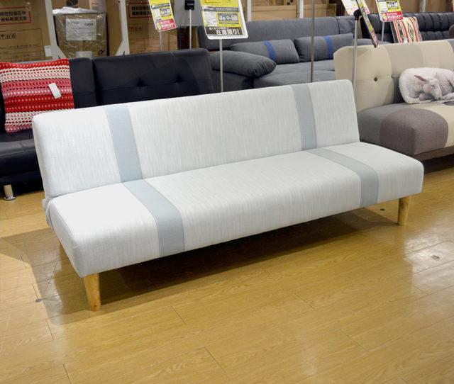 無駄のないスタイリッシュなデザインで座り心地の良いソファベッド!普段はソファとして使いながら、急な来客時には簡易ベッドとしても使えて便利!ベッドとしての寝心地も◎軽量で移動がラク♪