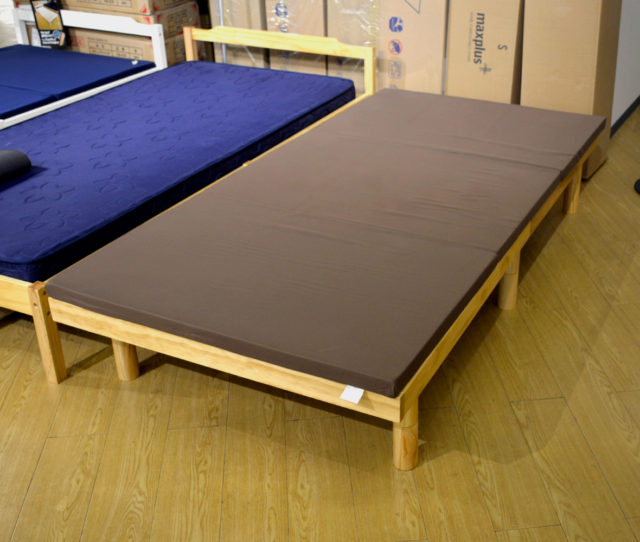 適度な厚みのある高反発三つ折りマットレス!高反発なので沈み込みが少なく、寝返りがしやすい!体格の大きい方にオススメ!子供の遊びマットとしても◎また折り畳めるのでコンパクトに収納できる!