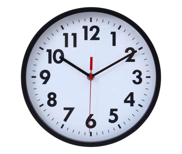 どんなお部屋にも馴染みやすいシンプルデザインの掛け時計。遠くからでもハッキリと見やすく、秒針が文字盤を滑るように静かに動くので、音が気になる方にもおススメ♪