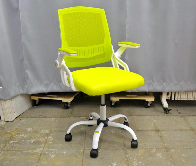 爽やかなグリーンのオフィスチェア!メッシュ生地で蒸れにくく通気性◎可動式で折りたためるアームレストや腰の負担を軽減してくれる腰サポートなど機能性もGOOD!キャスター付きで移動もラクラク!