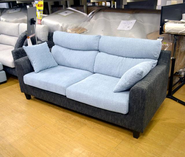 爽やかなブルーとブラックの2トーンカラーがオシャレな布張り3人掛けソファ!背もたれはふっくらボリュームで座り心地◎ハイバック仕様で頭までゆったりと寛げます。嬉しいクッション2個付き!