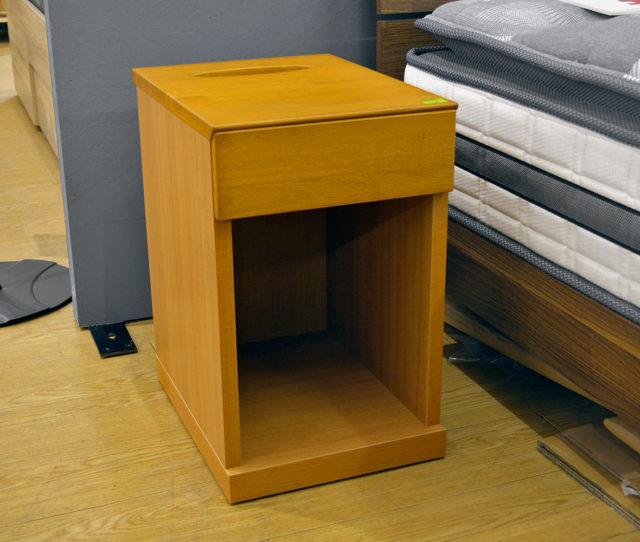 幅30cmでコンパクトなナイトテーブル!ベッド周りの小物が収納できる引き出しやさらに引き出し奥にはティッシュボックスも収納可能で使い勝手も◎シンプルで飽きのこないデザインでどんなお部屋にもマッチします!