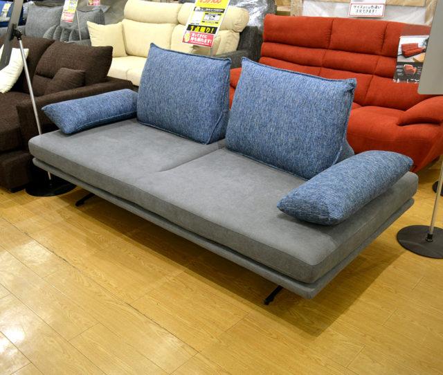変幻自在で画期的!360℃どこからでも座れるソファ!背もたれ部分が自由に動かせるので、お好きな角度に調整できます。あぐらをかいたり、ゆったりと横になりたいときは背もたれを一つ外してベッドのように使うこともできます!