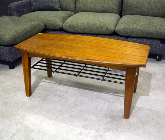 コンパクトサイズでどんなお部屋にも合わせやすいセンターテーブル!天板下に収納棚が付いているのでリビングで散らかりがちな雑誌やリモコンなどをサッと収納できます。落ち着いた木目デザインで男前インテリアにも◎