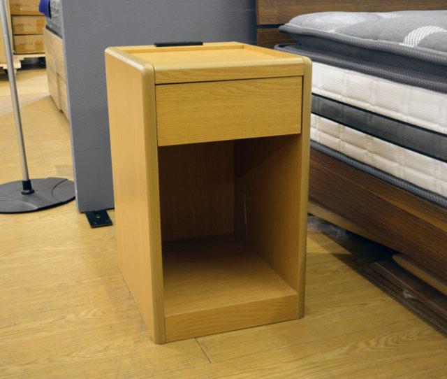 ベッドサイドで活躍する便利なナイトテーブル!引き出しと2口コンセントが付いているので照明やスマホやタブレットなどの充電に◎角のないデザインで安全!