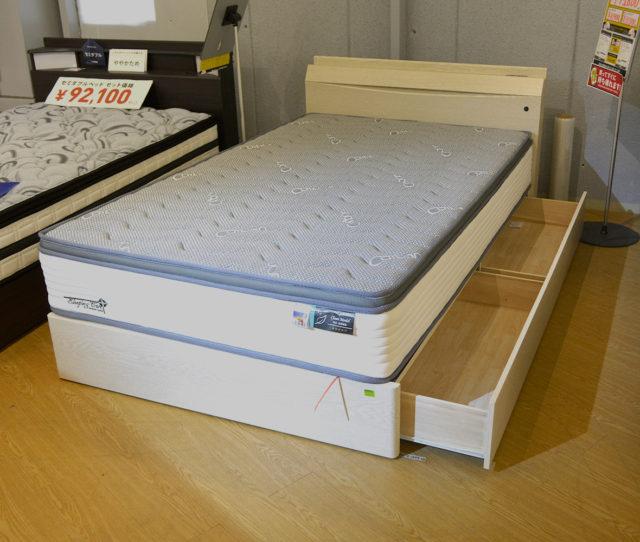 木目調のホワイトベッドフレームでお部屋を明るく!ヘッド部分はライト&コンセント付きで便利!さらにベッド下収納付きでお部屋スッキリ!竹炭素材で消臭・抗菌機能付&全身をバランスよく包む安定感のあるオリジナルマットレスのセットでこの価格!