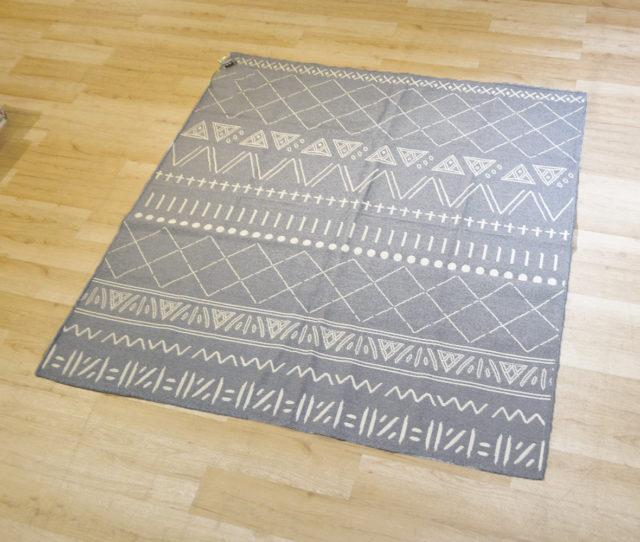 薄くて軽いのでお手入れ楽ちんの幾何学模様が織り込まれた日本製ラグ!汚れても洗濯機で丸洗いできるのでいつでも清潔にお使いいただけます。カーペットを手軽に使いたいという方におススメ!