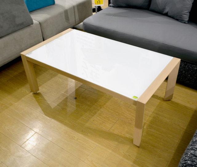 半透明な強化ガラス天板を使用したオシャレなリビングテーブル。木目調の脚が優しい印象を与えてくれます。脚部にはアジャスターが付いており、気になるがたつきの調節が可能です。