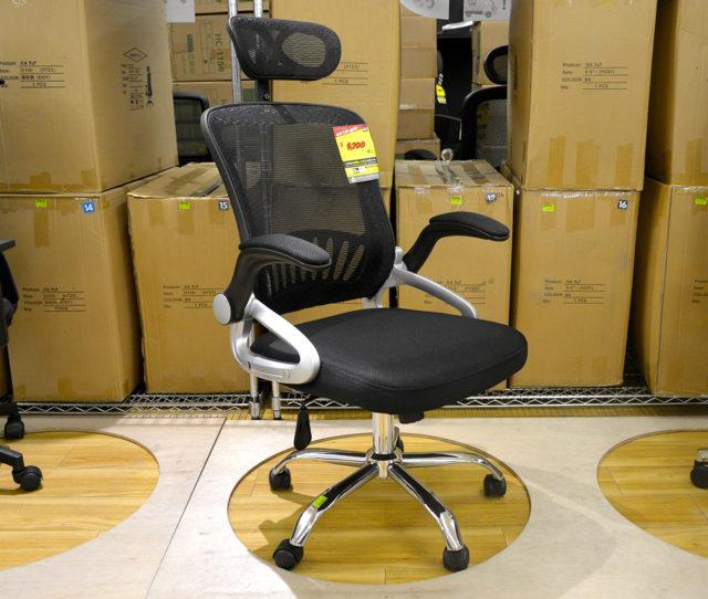 ブラックのメッシュ生地とスチール脚がスタイリッシュでオシャレなオフィスチェア!ヘッドレスト&アームレスト&座面高さ調整付きで機能性も◎キャスター付きで移動もラクラク♪