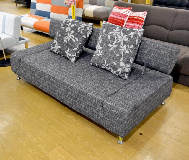 ゆったり広々使えるセミダブルサイズのソファベッド!背もたれを手前に倒すだけでベッドとして使えるので、急な来客時に◎壁付にして配置できるので使いやすいデザインです。嬉しい花柄の大判クッションは2個付き♪