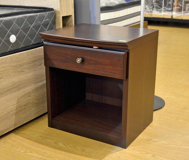 高級感のある落ち着いたデザインでお部屋を一気にグレードアップしてくれるナイトテーブル!ベッドサイド以外にもソファ横のサイドテーブルにも!