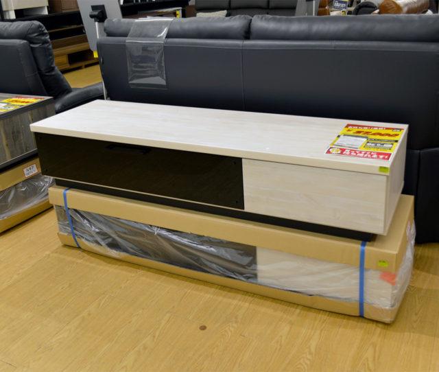 木目とガラス扉の組み合わせがモダンでオシャレなTVボード!ブラックのガラス扉は中身を隠したままリモコン操作ができる!右側の引き出しはフルオープンのスライドレールでスムーズに開閉&奥のモノが取り出しやすい設計!