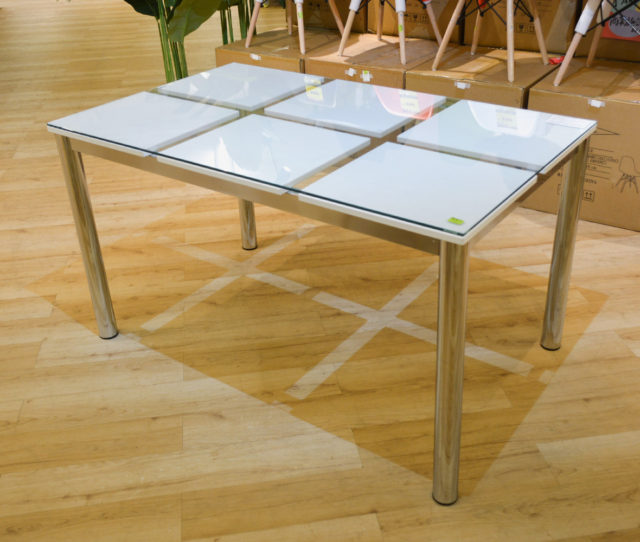 ホワイトガラス×スチール脚のモダンスタイリッシュな単品ダイニングテーブル!高級感のあるスッキリとしたデザインで都会的な大人インテリアに◎他とは違う個性的なテーブルをお探しのアナタ、いかがですか?