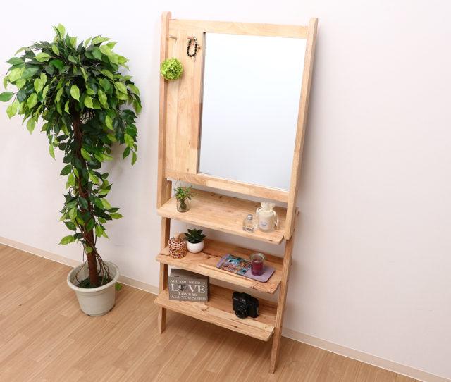 ラックとミラーが1つになったデザイン性と実用性を兼ね備えた壁掛けミラー!あたたかみのある天然木でお部屋を優しい雰囲気に演出♪アクセサリーなど掛けれるフック付きで、奥行が狭く、省スペースで置くことができます。玄関先にも◎