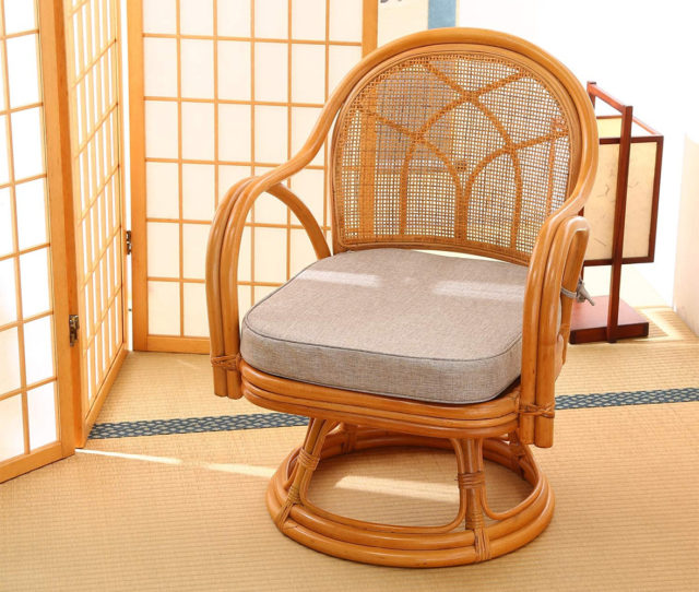 軽くて丈夫なラタンの回転チェア!通気性抜群で夏でも蒸れにくく快適に過ごせます。座面は360度回転式で立ち座りもラクラク♪シンプルなデザインで和室・洋室どちらにも◎クッションは取り外し可能なのでお手入れ簡単。