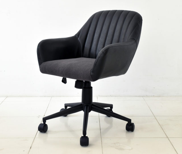 ヴィンテージ革風のPU生地と、座面に同色系の生地を組み合わせたシンプルで上品なオフィスチェア。落ち着いた雰囲気は大人の雰囲気の書斎に◎座面の高さ調節、座面の回転、移動がスムーズなキャスター付きで使い勝手もGOOD!