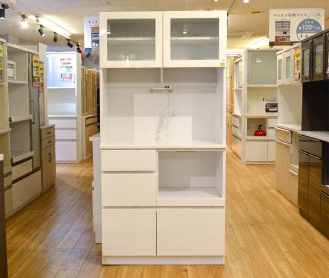 取っ手のないフラットなスッキリデザインとホワイトカラーで清潔感のある食器棚。開き扉と引き出し収納でキッチン周りもスッキリ!2口コンセントとスライドレールでキッチン家電に◎