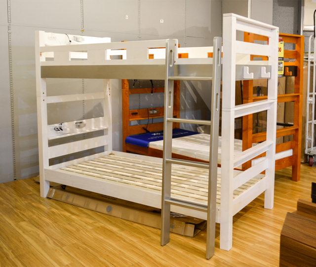 耐荷重900Kg!高耐久設計の2段ベッド。ホワイトフレームにグレーがアクセントになってオシャレ!宮棚に2口コンセントと照明付きで便利!ハシゴを垂直に取り付ける省スペース設計で、お部屋のスペースにが気になる方にオススメ!