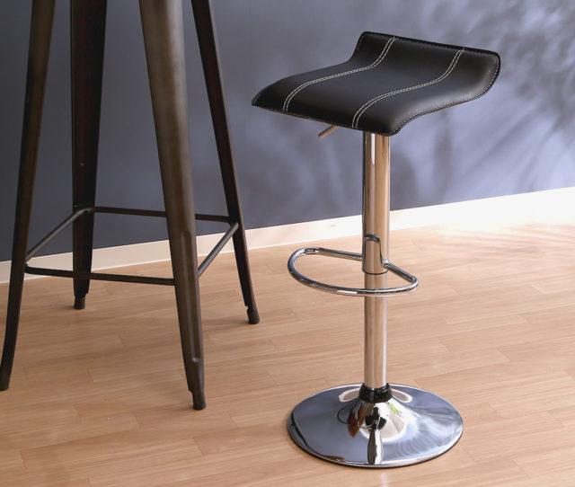 背もたれが無くスッキリとしたスタイリッシュなデザインのカウンターチェア。カウンターやデスクなど使う場所に合わせて高さ調節が可能。座面はPVC素材で水や汚れに強く、お手入れ簡単!