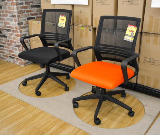 海外直輸入でお買い得なオフィスチェア!キャスター、座面昇降機能、肘置き付で基本的機能を備えたコスパ高なアイテムです。背もたれ&座面はメッシュ生地で蒸れにくく、広めの座面は大柄な方にも◎オフィス用としてまとめ買いも◎