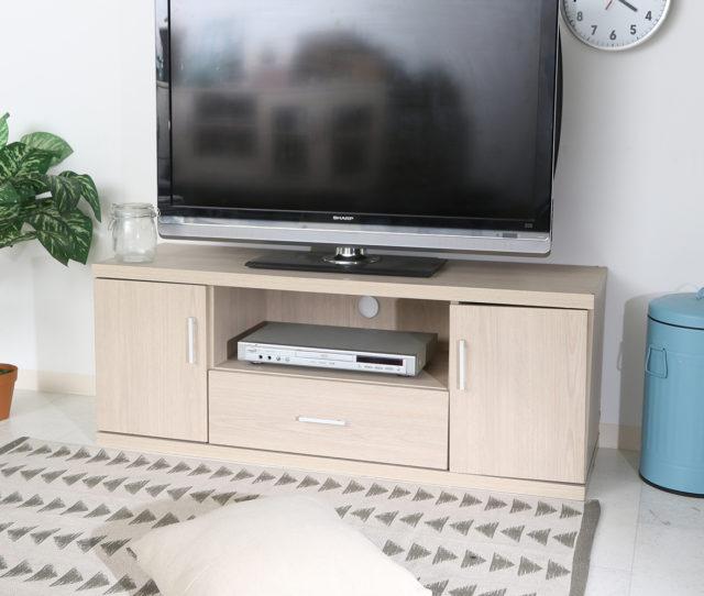 清潔感のあるホワイトとナチュラルな雰囲気でどんなお部屋にも馴染むシンプルなテレビボード。棚にはAV機器、扉と引き出しにはDVDや小物類など、収納スペースたっぷり!背面にコード配線用穴が付いているので配線もスッキリ!