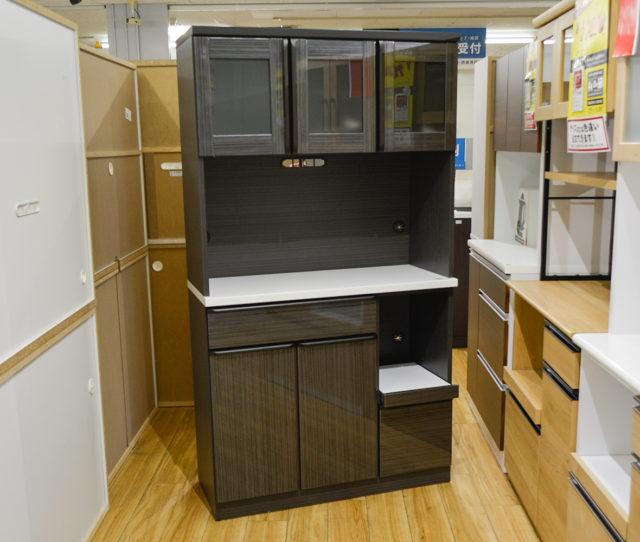高さ低め奥行浅めでコンパクト設計の食器棚!オープン部に調理家電を置いてキッチン作業効率◎水気やキズ・汚れに強いハイグロス仕上げでお手入れ簡単!開き扉、引き出し収納など収納力抜群で2~3人暮らしで迷ったらコレ!