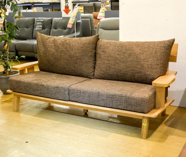 気持ちが安らぐタモ材の温もりを感じる3人掛けソファ!高級感のあるワイドな木製肘置きでサイドテーブルとしてもお使いいただけます!背クッションはシリコンフィル入りでふんわり優しい座り心地で気持ちいい♪