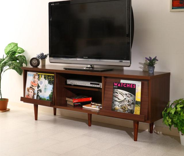 デザイン性と機能性を兼ね備えたTVボード!左右のフラップ扉にはお気に入りの雑誌やCDを飾ることができるので魅せるインテリアに◎背面には配線穴が付いて、コードのごちゃつきを防止します。高脚タイプなのでお掃除しやすい!
