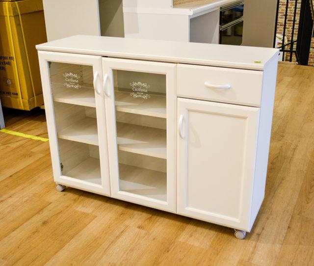 明るく清潔感のあるホワイトカラーのキッチンカウンター!カトラリーや小物収納に便利な引き出しや中のモノが見えやすいガラス扉収納などキッチン周りの小物をまとめてスッキリ!キャスター付きで移動もラクラク♪