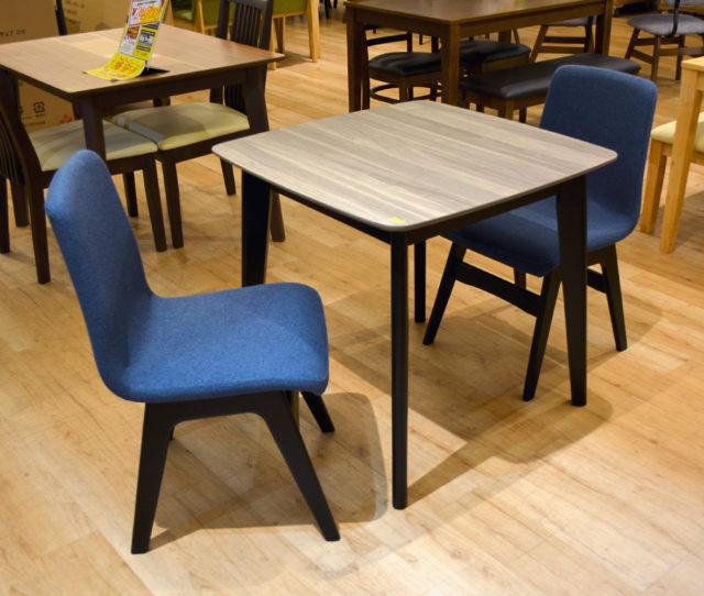 1~2人暮らしに◎スタイリッシュなブルー×ブラックでオシャレなモダンダイニング3点セット!座り心地GOODで上品なファブリックチェアは長時間座っても疲れにくい♪木目が美しいテーブルは角がなく丸みのあるデザインです。
