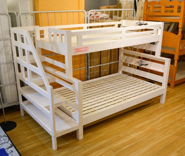 上下でサイズが異なる2段ベッド!上段がシングル、下段がセミダブルになっているので兄弟や親子で使い分けも◎昇り降りが安心な階段タイプで、ステップの間は収納に便利♪さらに上下段のヘッド部分にライト&コンセント付!