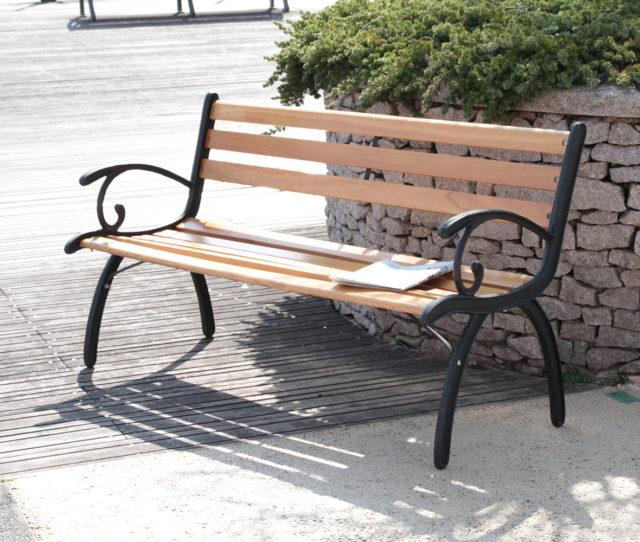 ベランダやお庭にピッタリなガーデンベンチ。丈夫で美しいスチール製のアームレストとゆるやかなカーブを施した座面と背面にはあたたかみのある天然木を使用。大きすぎず、小さすぎないサイズ感です。