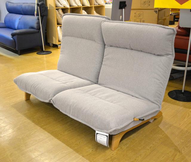 <値下げ>広々座面でリラックス♪ロータイプファブリックソファ!座面に程よく傾斜をつけ、快適な座り心地をを実現。左右別々の背もたれはレバー式でお好きな角度で無段階調整可能!さらにヘッド部分も6段階リクライニング可能。