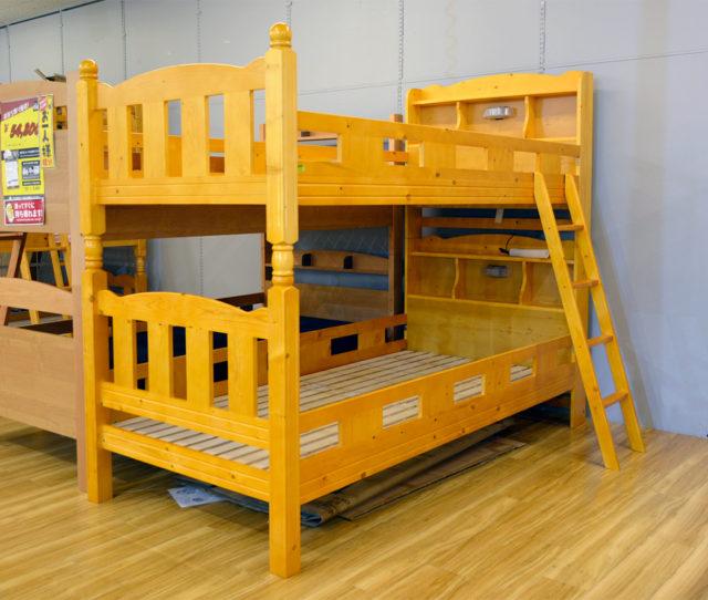 上下それぞれにLEDライト付き宮棚が付いて便利な2段ベッド!本や目覚まし時計を置いたりとお好みでアレンジできる♪また上下を分解してシングルベッドとして使えるので将来的にも有効活用できます。すのこ床板で通気性バツグン!
