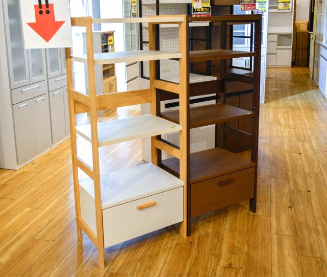 コンパクトでシンプルな収納ラック!可動棚でお好きな高さに調整可能!最下部にある引き出しはフルオープンレールなので奥にいれた物が取り出しやすい!キッチン家電を置いたり、書斎でプリンターを置いたりと様々なシーンで活躍!
