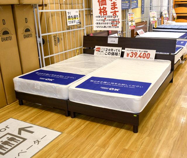 なんとシングルベッド2台買ってこの価格!幅が約196cmもあり家族みんなでゴロゴロできる!シンプルデザインで場所を選ばないフレームはすのこタイプで通気性もGOOD!将来的には分割してシングルベッドとしても使えます。